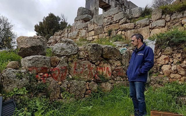 Uri Berger, archéologue à l'est de la Haute-Galilée, a porté plainte auprès de la police pour l'acte de vandalisme commis à la réserve naturelle du mont Meron le 4 mars 2019 (Crédit : Nadia Azar/Autorité israélienne des antiquités)