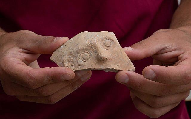 Ce fragment d'un Bes Vessel de l'époque perse (4ème-5ème siècle avant l'ère commune) a été découvert dans une grande fosse à ordure lors des fouilles du parc de stationnement Givati dans la cité de Davis à Jérusalem (Crédit : Eliyahu Yanai, Cité de David)