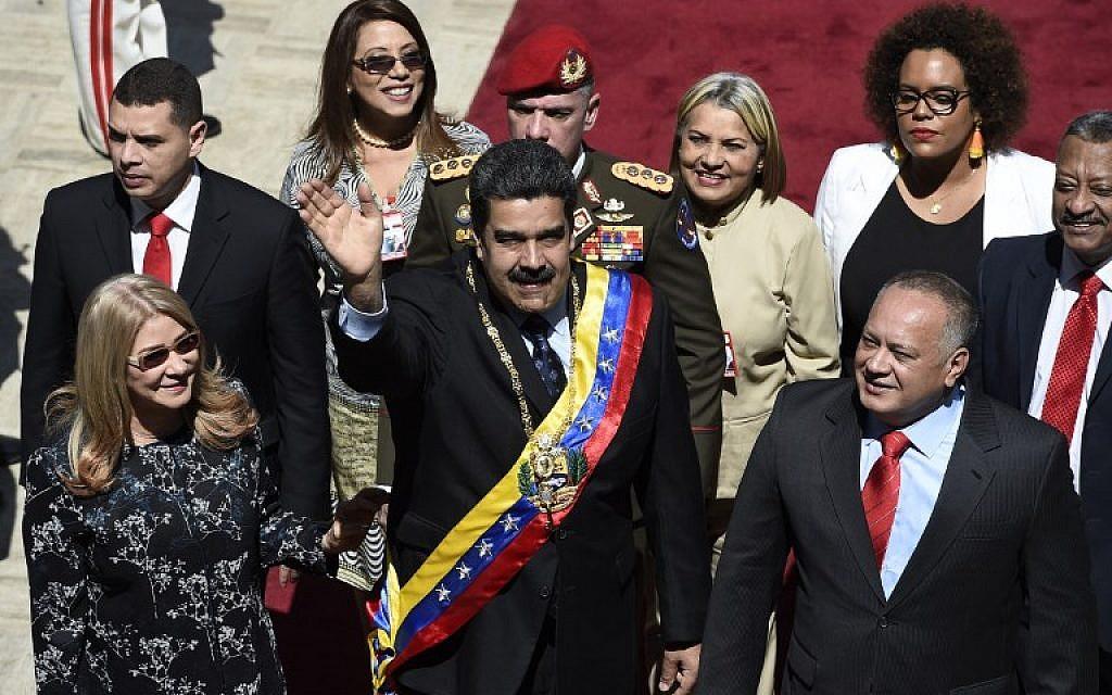 Le président vénézuélien Nicolas Maduro, (au centre), son épouse Cilia Flores, (à gauche), et le président de l'Assemblée constituante Diosdado Cabello, (à droite), arrivent au Palais législatif fédéral à Caracas le 14 janvier 2019. (Federico Parra/AFP)