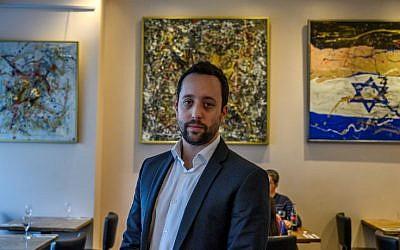 Le restaurateur israélien Yorai Feinberg durant une interview dans son restaurant de Berlin, le 26 février 2019. (Crédit : John MACDOUGALL / AFP)