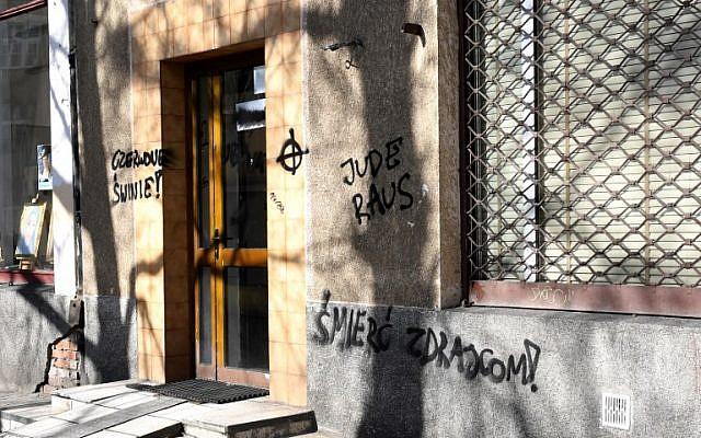 """Les mots allemands """"Jude Raus"""" (Juifs dehors), sur le mur du siège d'un mouvement d'opposition """"Obywatele RP"""" (Citoyens de la République de Pologne, antifasciste et antinationaliste) à Varsovie, le 26 février 2019. (Crédit :  Janek SKARZYNSKI / AFP)"""