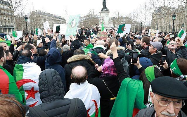 Manifestation à Paris contre un 5eme mandat de Bouteflika en Algére=ie, place de la République, le 3 mars 2019. (Crédit : JACQUES DEMARTHON / AFP)