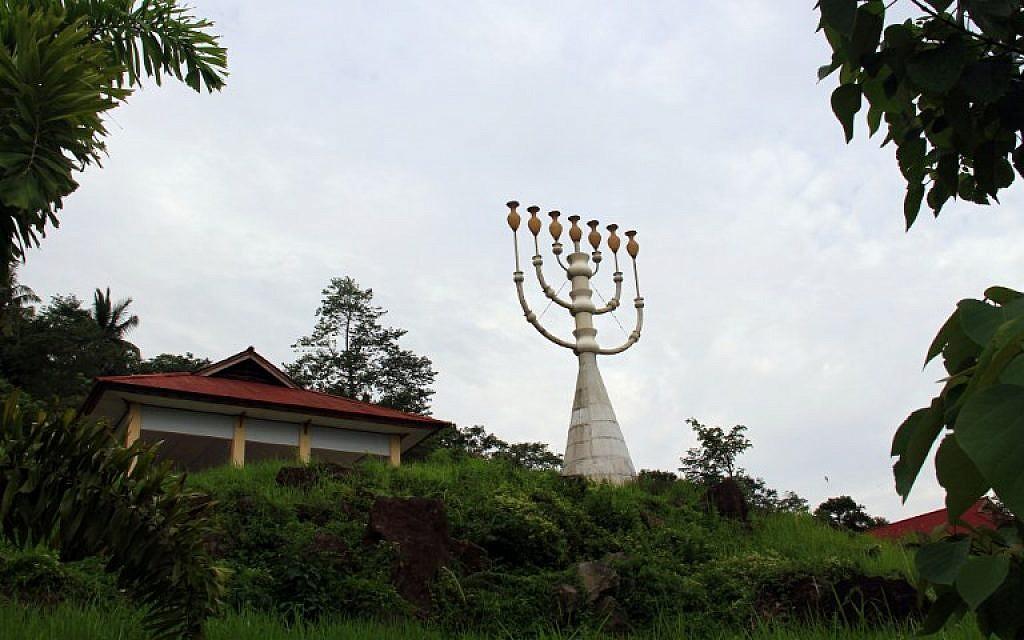 Une ménorah de 18.9 mètres de haut, peut-petre a plus haute du monde, près de la synagogue de Tondano, le 4 mars 2019. (Crédit : Ronny Adolof Buol / AFP) /