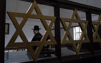 Le rabbin Yaakov Baruch dans la synagogue de Tondano,en Indonésie, le 4 mars 2019. (Crédit : Ronny Adolof Buol / AFP) /