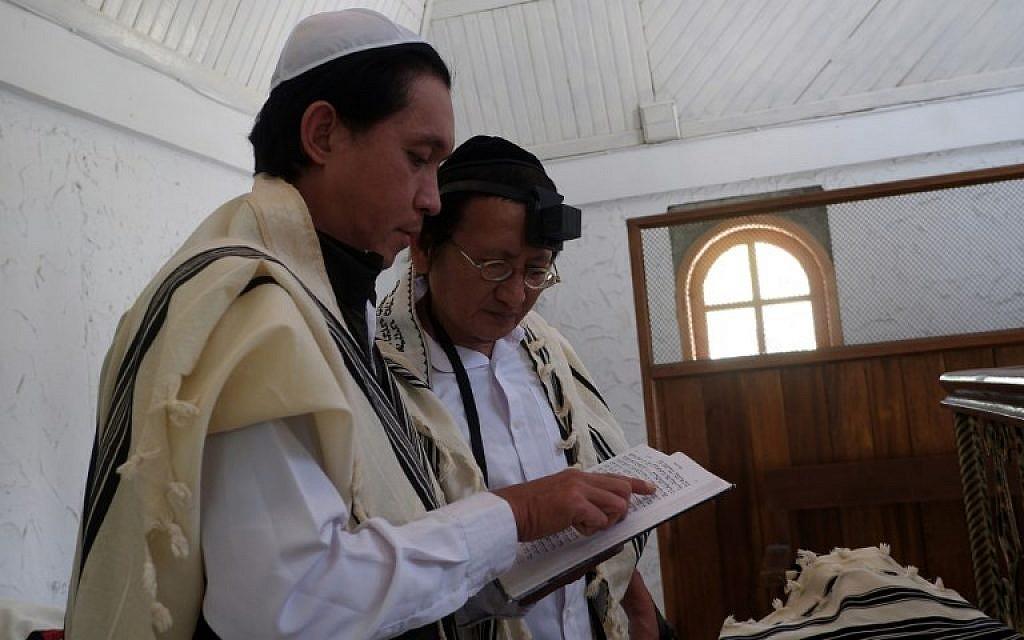 Des Juifs indonésiens prient dans la synagogue de Tondano, le 4 mars 2019. (Crédit : Ronny Adolof Buol / AFP) /