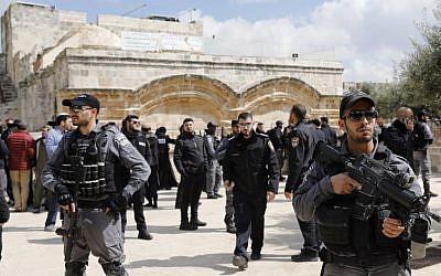 Les forces de sécurité israéliennes montent la garde devant la Porte dorée, également appelée Porte de la miséricorde, lors d'une visite par un groupe de Juifs religieux du mont du Temple dans la Vieille Ville de Jérusalem, le 7 mars 2019. (Crédit : AHMAD GHARABLI / AFP)