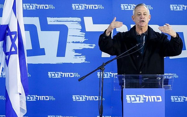 Le général à la retraite de l'armée israélienne Benny Gantz, l'un des dirigeants de l'alliance politique Kakhol lavan, s'adresse aux membres de la communauté druze d'Israël dans la ville de Daliyat al-Karmel dans le nord d'Israël, le 7 mars 2019. (JACK GUEZ / AFP)