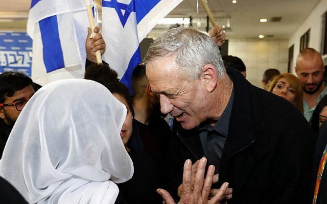 Benny Gantz échange avec une femme lors d'une rencontre avec des membres de la communauté druze d'Israël, dans la ville de Daliyat al-Karmel dans le nord du pays, le 7 mars 2019, dans le cadre de sa campagne électorale. (Crédit : JACK GUEZ / AFP)
