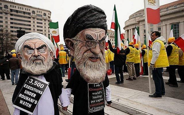 Des mannequins à l'effigie de Hassan Rouhani et de l'Ayatollah Ali Khamenei lors d'une manifestation de l'opposition rianienne à Washington DC, le 8 mars 2019. (Crédit :Mandel NGAN / AFP)