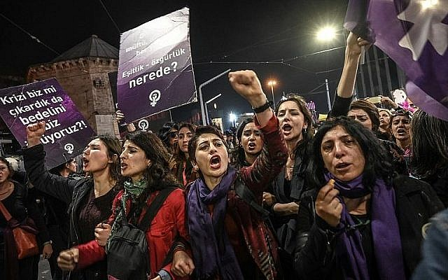 Manifestation féministe à Istanbul  le 8 mars 2019. (Crédit : Ozan Kose/AFP)
