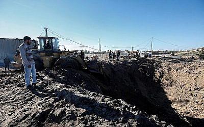 Des Palestiniens déblayent les décombres d'une attaque aérienne sur un site qui, selon l'armée israélienne, était lié au groupe terroriste du Hamas, près de Khan Younès, dans le sud de la bande de Gaza, le 9 mars 2019. (Saïd Khatib/AFP)