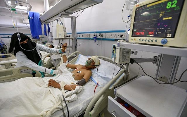 Un enfant yéménite hospitalisé après une frappe attribué à la coalition dans la province de Hajjah, le 11 mars 2019. (Crédit : Mohammed HUWAIS / AFP)