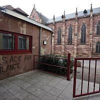 Des inscriptions antisémites sur la façade de la mairie d'Heiligenberg, en Alsace, le 12 mars 2019. (Crédit : PATRICK HERTZOG / AFP)