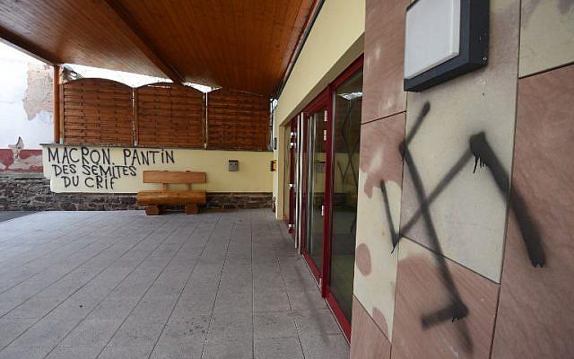 Photo d'illustration : Des inscriptions antisémites sur la façade de la mairie d'Heiligenberg, en Alsace, le 12 mars 2019. (Crédit : PATRICK HERTZOG / AFP)