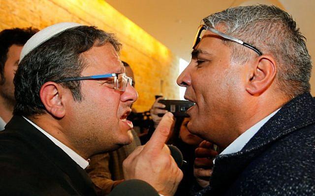 Itamar Ben Gvir (G), de Otzma Yehudit, se dispute avec le candidat arabe israélien Ata Abu Madighem après une audience à la Cour suprême à Jérusalem, le 14 mars 2019. (Photo par GIL COHEN-MAGEN / AFP)