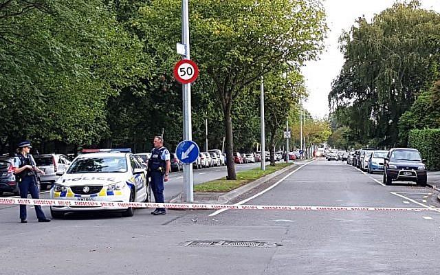 La police a établi un cordon dans le périmètre entourant la mosquée Masjid al Noor après une fusillade contre les fidèles qui se trouvaient à l'intérieur à  Christchurch, en Nouvelle-Zélande, le 15 mars 2019. (Crédit : Flynn FOLEY / AFP)
