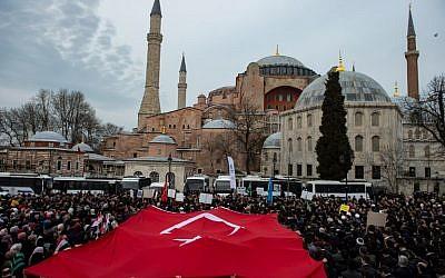 Plusieurs centaines de manifestants réunis devant la basilique Sainte-Sophie d'Istanbul pour dénoncer les attaques terroristes sur deux mosquées en NOuvelle-Zélande, le 16 mars 2019. (Crédit : Yasin AKGUL / AFP)