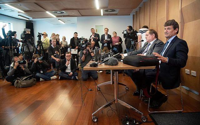 Le propriétaire d'un magasin d'armes David Tipple et son conseiller en relations publiques David Linch lors d'une conférence de presse au Piano Event Centre à Christchurch, le 18 mars 2019, après une fusillade qui a fait 50 morts; (Crédit : Marty MELVILLE / AFP)