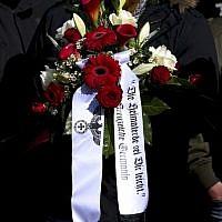Une couronne flanquée d'un aigle, symbole clairement nazi, lors des funérailles de Thomas Haller, figure majeure de l'extrême droite néo-nazie allemande, à Chemnitz, le 18 mars 2019 (Crédit : Ronny Hartmann / AFP)