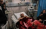 Atef Abouseif, porte-parole du Fatah à Gaza, dans un lit d'hôpital après avoir été agressé à Gaza le 19 mars 2019. (Crédit : MAHMUD HAMS / AFP)