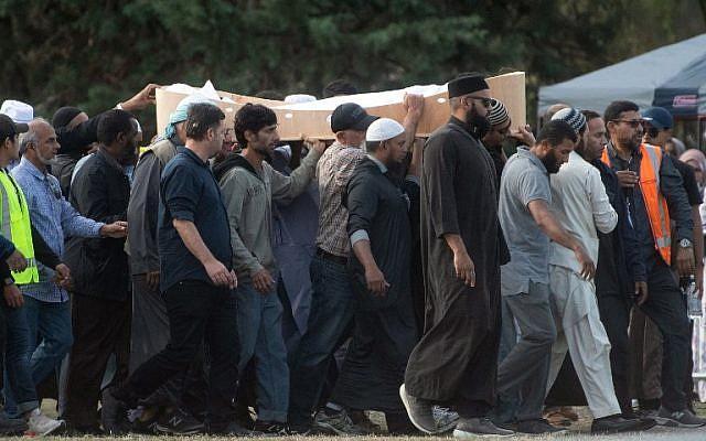 Les funérailles de l'une des victimes des fusillades de Christchurch, tuées par un suprématiste blanc au cimetière du Memorial Park de Christchurch, le 20 mars 2019. (Crédit : Marty MELVILLE / AFP)