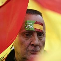 Un manifestant d'extrême-droite en faveur du parti espagnol VOx, à Madrid, le 10 février 2019. (Crédit : OSCAR DEL POZO / AFP)