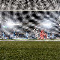 Le gardien slovène Jab Oblak concède un but pendant un match de qualification du Groupe G entre Israël et la Slovénie au stade  Sammy Ofer de Haïfa, le 21 mars 2019 (Crédit :   Jack GUEZ / AFP)