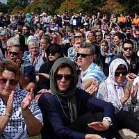 Un rassemblement de prière durant lequel deux minutes de silence ont été respectées pour les victimes des massacres des deux mosquées de Christchurch, à Hagley Park, dans la ville endeuillée, le 22 mars 2019 (Crédit : Jerome TAYLOR / AFP)