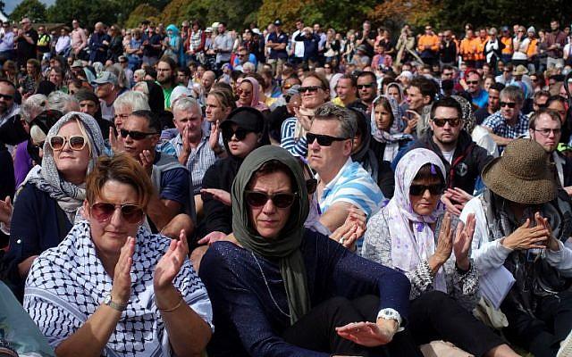 Un rassemblement de prière durant lequel deux minutes de silence ont été respectées pour les victimes des massacres des deux mosquées de Christchurch, à Hagley Park, dans la ville endeuillée, le 22 mars 2019. (Crédit : Jerome TAYLOR / AFP)