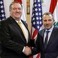 Le ministre libanais des Affaires étrangères, Gibran Bassil (à droite), serre la main du secrétaire d'État américain Mike Pompeo à l'issue d'une conférence de presse à Beyrouth, au Liban, le 22 mars 2019. (Crédit photo : JIM YOUNG / POOL / AFP)