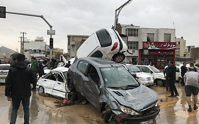 Un carambolage dans une rue du sud de Chiraz, pendant d'importantes inondations, le 25 mars 2019. (Crédit : AMIN BERENJKAR / MEHR NEWS / AFP)