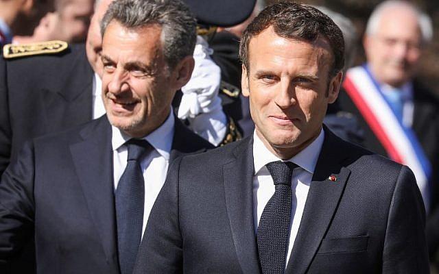 Le président français Emmanuel Macron, à droite, et son prédécesseur Nicolas Sarkozy arrivent pour une cérémonie en hommage à des combattants de la résistance morts sur le plateau des Glières pendant la Seconde guerre mondiale dans les Alpes, le 31 mars 2019 (Crédit : ludovic MARIN / POOL / AFP)