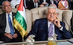 Le président de l'Autorité palestinienne, Mahmoud Abbas (à droite), et le secrétaire général de l'Organisation de libération de la Palestine, Saeb Erekat (à gauche), assistent à la séance d'ouverture du 30e sommet de la Ligue arabe dans la capitale tunisienne Tunis, le 31 mars 2019. (Crédit : Fethi Belaid/Pool/AFP)