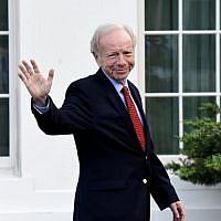 L'ancien sénateur du Connecticut Joe Lieberman quitte la Maison Blanche, le 17 mai  2017. (Crédit : AFP/Olivier Douliery)