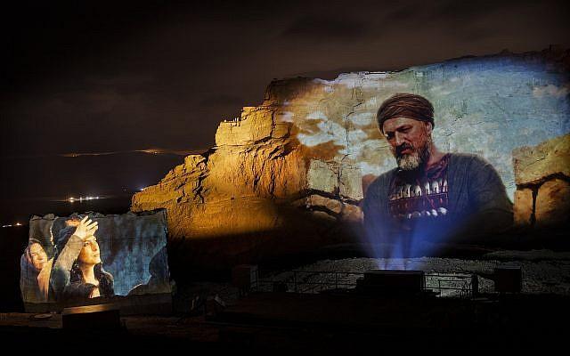 """Une scène du nouveau spectacle son et lumière de Massada, """"Du crépuscule à l'aube"""" (Crédit : Breeze Creative)"""