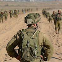 Photo d'illustration : Un officier à la tête de ses troupes avant d'entrer dans Gaza, au mois d'août 2014 (Crédit : Porte-parole de l'armée israélienne /Flickr)