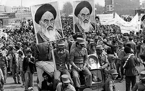 Les soldats de l'armée de la république islamique iranienne avec des posters de l'Ayatollah Khomeini pendant la révolution de 1979 (Crédit : Keystone/Getty Images/via JTA)