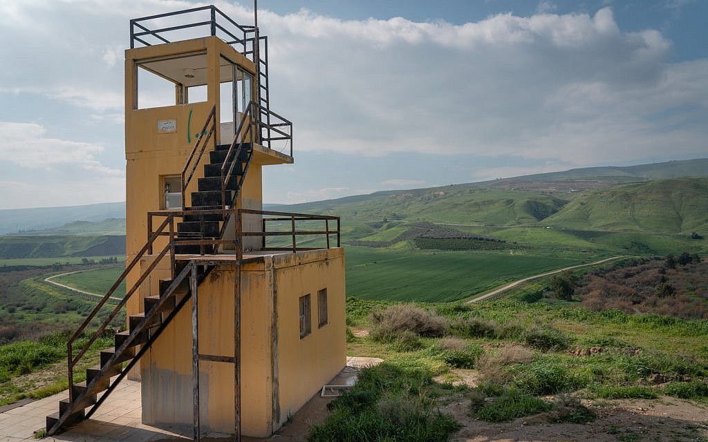 La tour de garde jordanienne à l'île de la Paix, le 29 janvier 2019. Le soldat qui a tué les écolières de Beit Shemesh est descendu de cette tour de garde. (Luke Tress/Times of Israel)