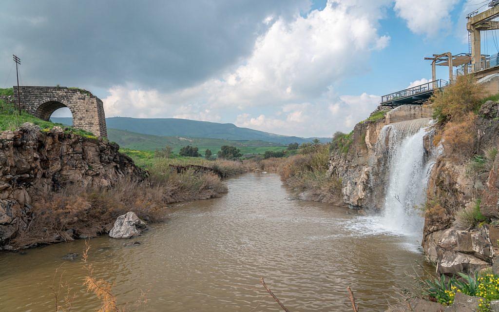 Les vestiges d'un pont ottoman et d'une centrale électrique des années 1930 sur le Jourdain près de l'île de la Paix, le 29 janvier 2019. (Luke Tress/Times of Israel)