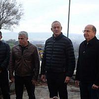 Les membres du parti Kakhol lavan (de gauche à droite) Gabi Ashkenazi, Yair Lapid, Benny Gantz et Moshe Yaalon lors d'une conférence de presse sur le plateau du Golan, le 4 mars 2019. (Crédit : Judah Ari Gross/Times of Israel)