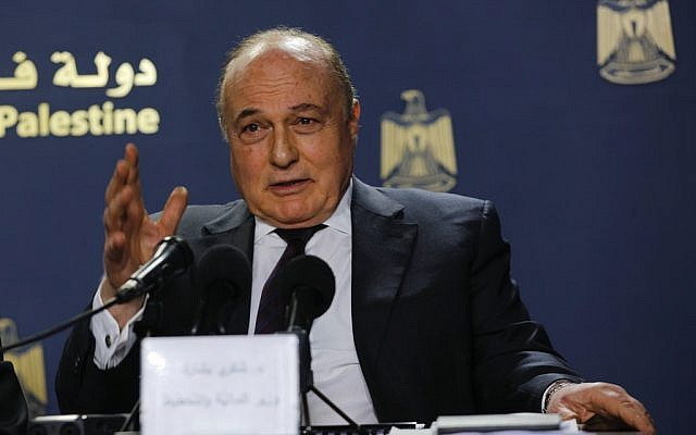 Shukri Bishara, ministre des Finances de l'Autorité palestinienne, lors d'une conférence de presse à Ramallah, le 11 mars 2019. (Crédit : Wafa)