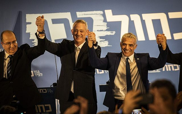 De gauche à droite : Moshe Yaalon, Benny Gantz et Yair Lapid, les dirigeants de la coalition Kakhol lavan, lors de l'annonce de leur alliance à Tel Aviv, le 21 février 2019. (Ilia Yefimovich/Getty Images)