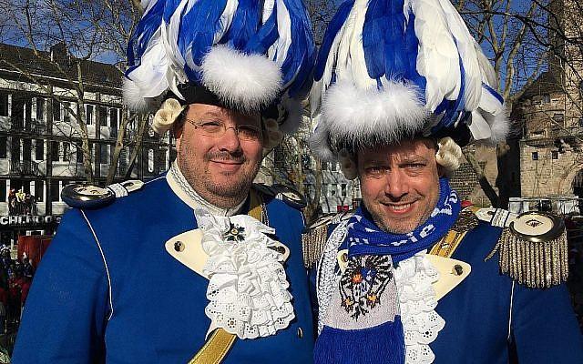 """Les frères Patric et Frank Levy, à bord de leur char au carnaval de Cologne, """"Rosenmontag"""". (Toby Axelrod)"""