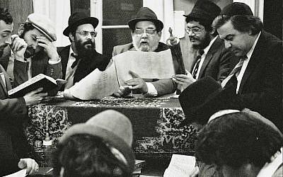 La lecture de la Meguila, dans les années 1980. (Crédit photo : Aviv Itzhaky/Facebook)