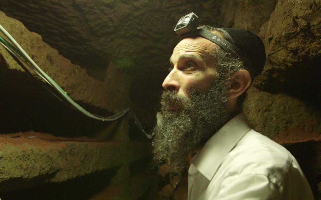 Le rabbin Chizkiya Kalmanovich du Comité européen pour la protection des cimetières juifs, dans les catacombes de la Villa Torlonia. (Avec l'aimable autorisation d'Amir Genach)