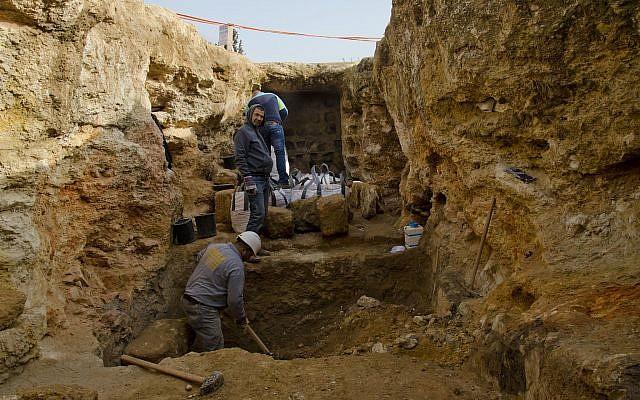 Le pigeonnier trouvé taillé dans la pierre de l'époque hasmonéenne lors de fouilles dans le quartier Sharafat de Jérusalem (Crédit : Yoli Schwartz/Autorité israélienne des Antiquités)