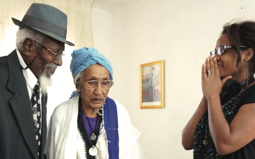 Une photo de l'exposition montre des Ethiopiens qui faisaient partie de l'Opération Moïse. (Beit Hatfusot/via JTA)