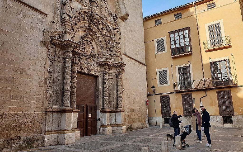 Dani Rotstein, le doigt pointé, parle à des touristes allemands d'une église qui était autrefois une synagogue à Palma De Majorque en Espagne, le 11 février 2019.  (Cnaan Liphshiz)