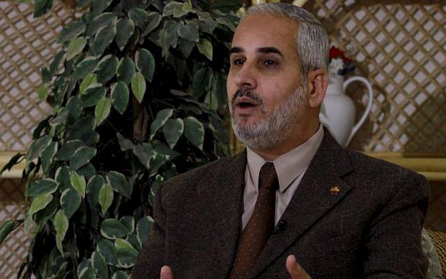 Le porte-parole du Hamas Fawzi Barhoum pendant une interview à Gaza City, le 7 février 2012 (Crédit : AP/Hatem Mousa)