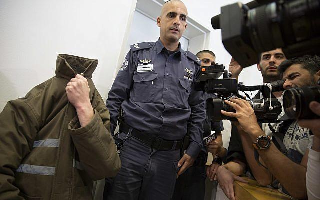 L'employé du consulat français de Jérusalem Romain Franck, couvre son visage pendant une audience à la cour de district de la ville de Beer Sheva, dans le sud d'Israël, le 29 mars 2018 (Crédit : Sebastian Scheiner/AP)